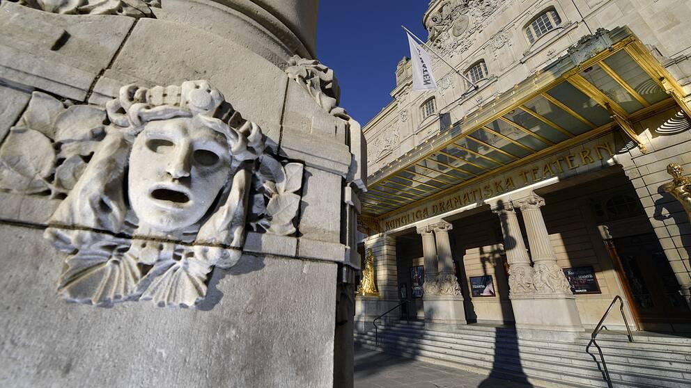 Dramatens exteriör, med fokus på ett ansikte i sten på en av pelarna.