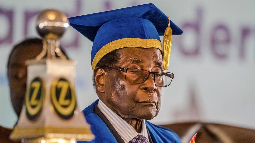 93-årige Robert Mugabe dök upp på en universitetsavslutning efter att gripits.