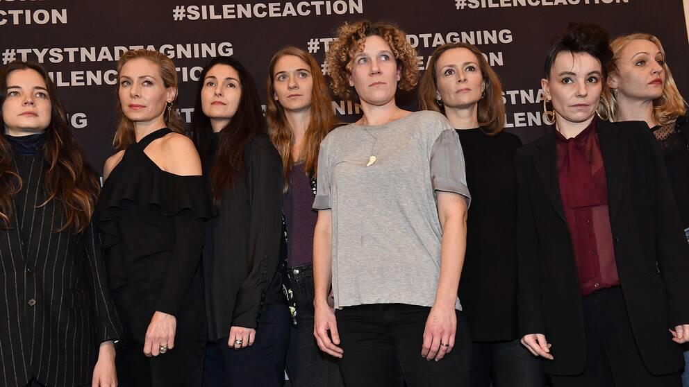 Eva Röse med flera skådespelare anländer till läsningen av skådespelaruppropet.