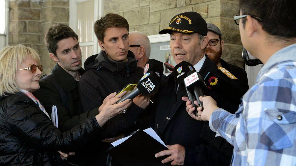 Konteramiral Gabriel Gonzalez, chef för flottbasen Mar de Plata svarar på frågor om sökandet efter ubåten.