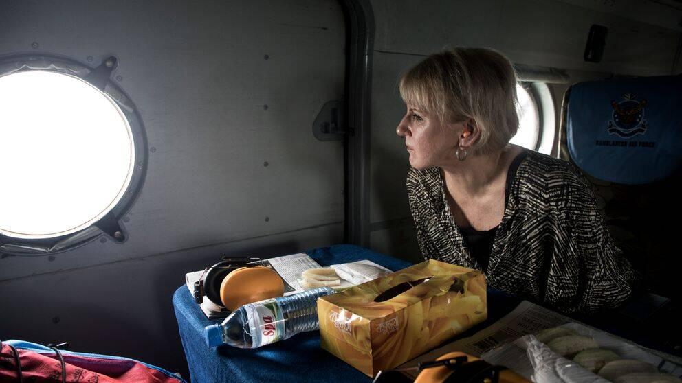 Utrikesminister Margot Wallström bevittnar från luften flyktingkatastrofen i Bangladesh.