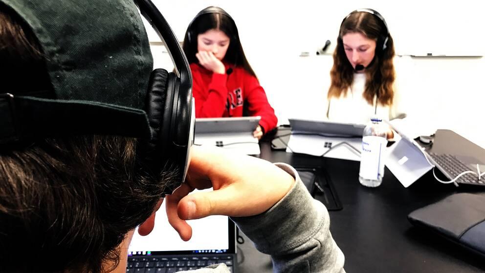 elever med hörlurar och laptops