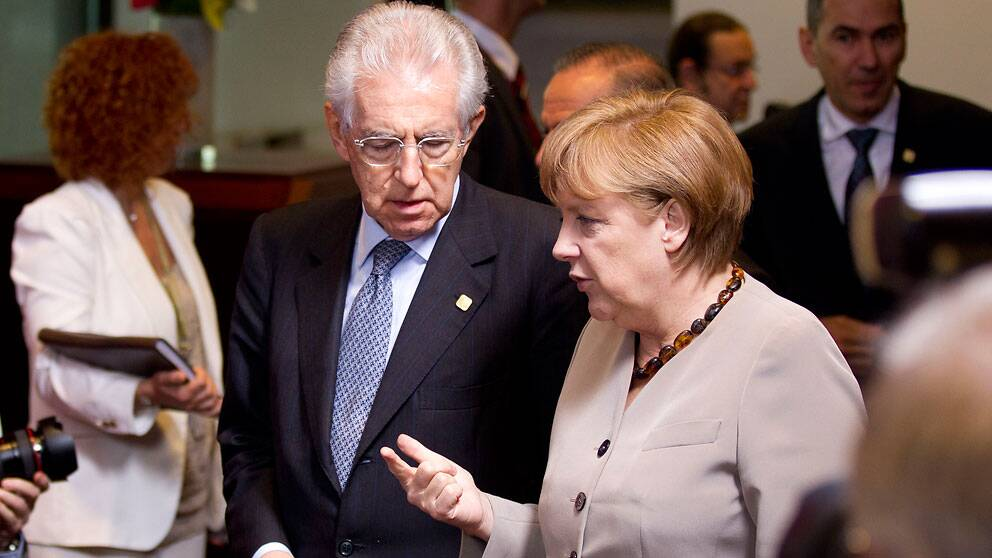 Italiens premiärminister Mario Monti och Tysklands förbundskansler Angela Merkel vid toppmötet i Bryssel.