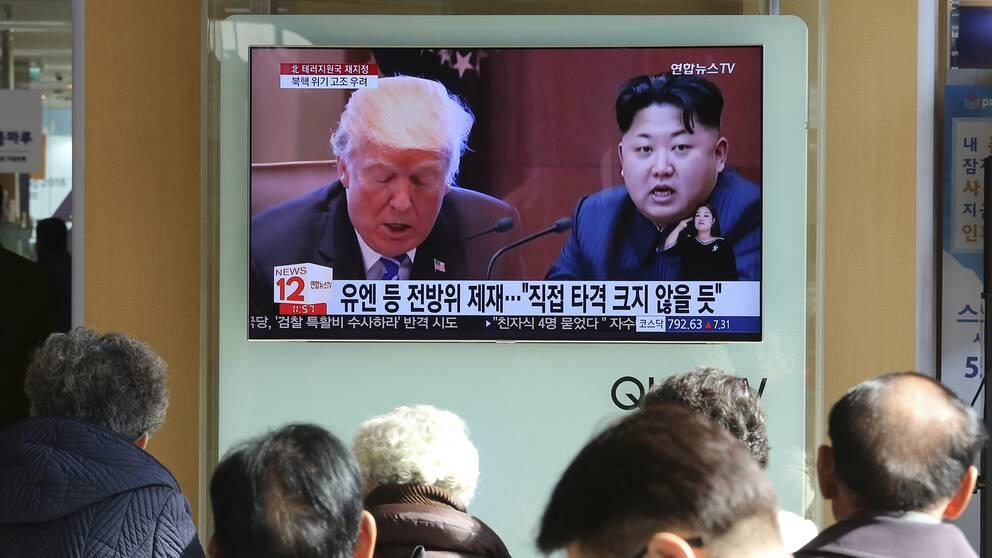 Sydkoreansk tv visar bilder på USA:s president Donald Trump och Nordkoreas ledare Kim Jong-un på tisdagen.