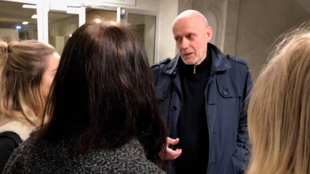 Kommunalråd Fred Nilsson(S) i samtal med kritiska elever