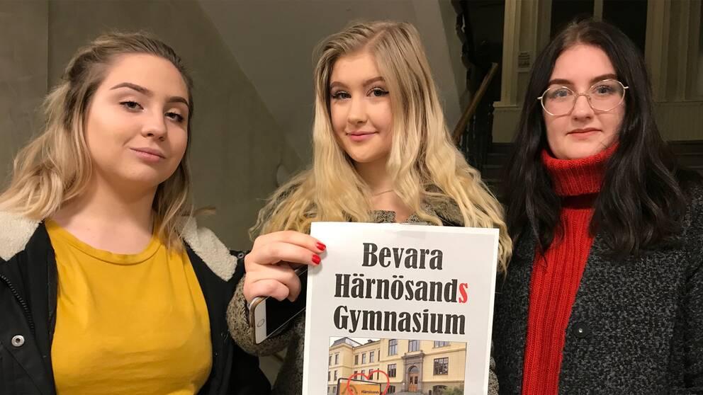 Moa Edholm, Saga Byström och Saga Bäck tog strid för skolans namn
