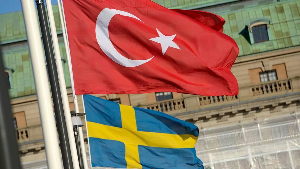 En turkisk och en svensk flagga i Stockholm.