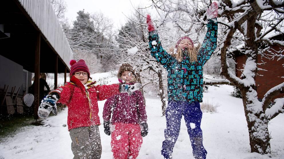Barn leker i snö