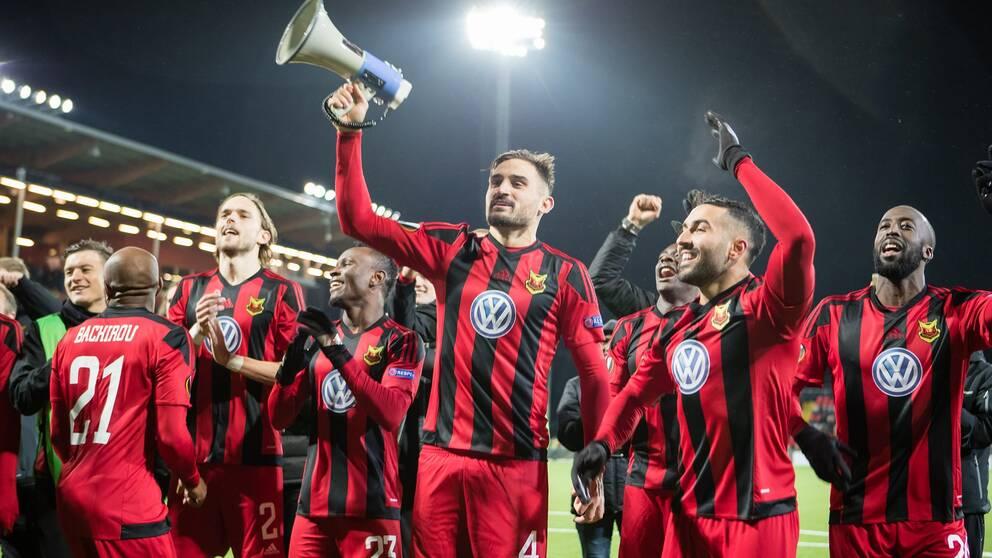 ÖFK-spelare med Sotirios Papagiannopoulus i spetsen tackar fansen