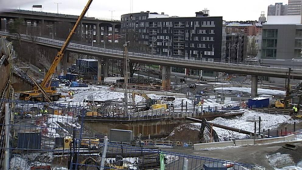 Här i Hammarby sjöstad vid Mårtensdal byggs Gullmarsplans nya tunnelbaneuppgång