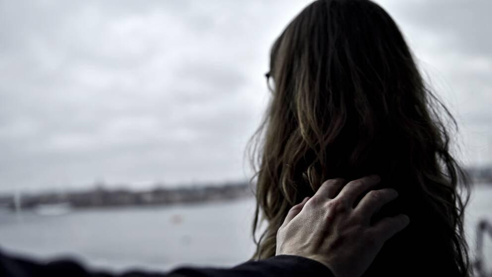 En man håller en kvinna på axeln