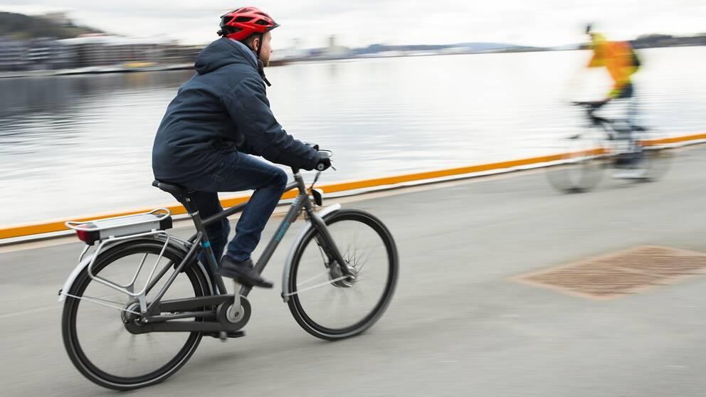 En man cyklar på en elcykel.