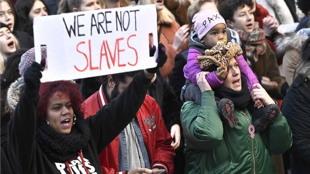 I Stockholm har hundratals samlats på Sergels torg för att demonstrera mot slavhandeln i Libyen.