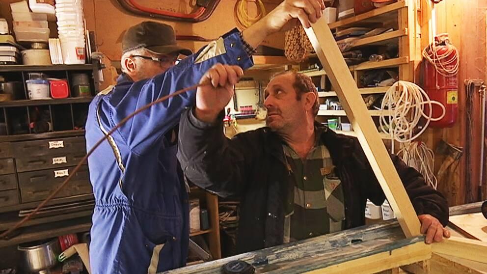 Anders Wiss, som sköter Torsby småbåtsvarv, hjälper till att bygga båten