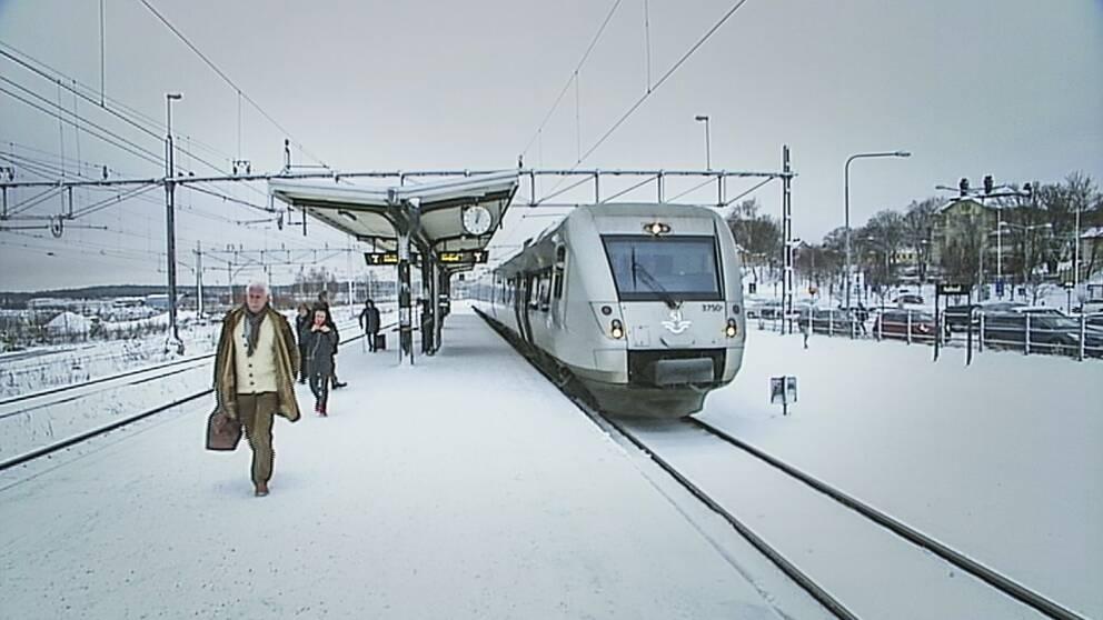 SJ-tåg står vid perrongen på stationen i Hudiksvall.