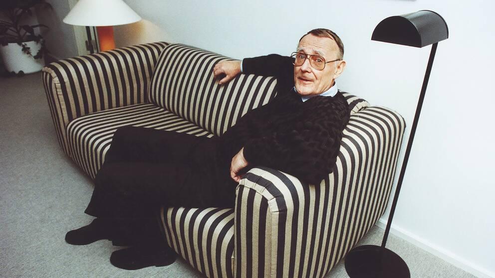 Ingvar Kamprad på en bild från 23 november 1974, där han sitter i en Klippan-soffa från Ikea.
