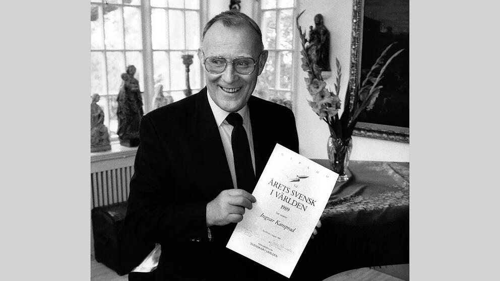 """Den 14 augusti 1989 blev Ingvar Kamprad utsedd till """"Årets svensk i världen"""" av föreningen Svenskar i Världen. Här visar han upp sitt diplom."""
