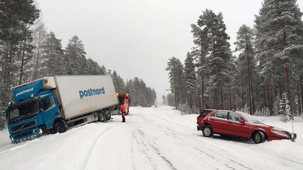 Tioaring skadad i krock med lastbil