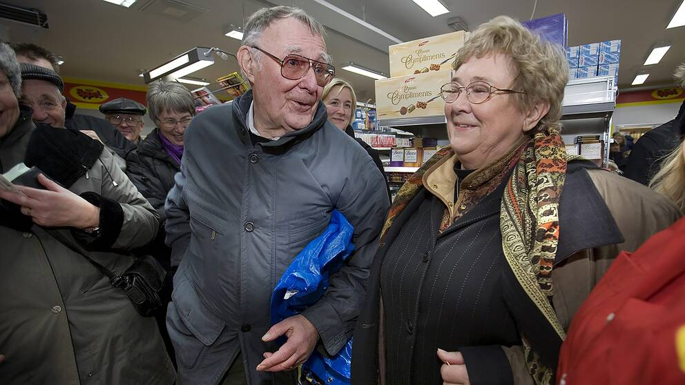Ingvar Kamprad och hans fru Margaretha inviger en diversehandel i Agunnaryd, där han växte upp, 10 december 2005.