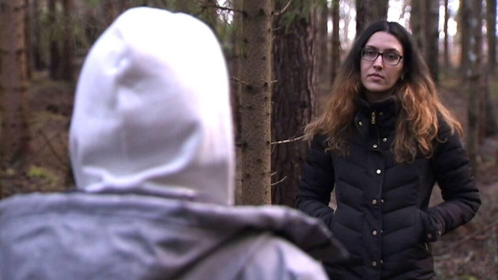 SVT:s reporter Nicky Jangali intervjuar Amir, som egentligen heter något annat.