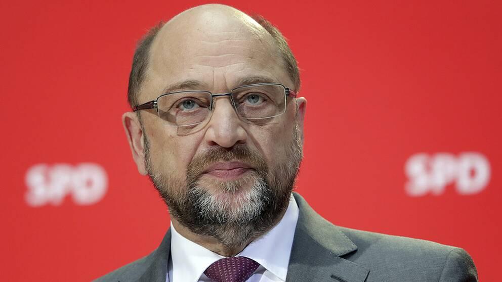 Trycket ökar på den socialdemokratiske partiledaren Martin Schulz att ingå i en koalitionsregering med Angela Merkels CDU.