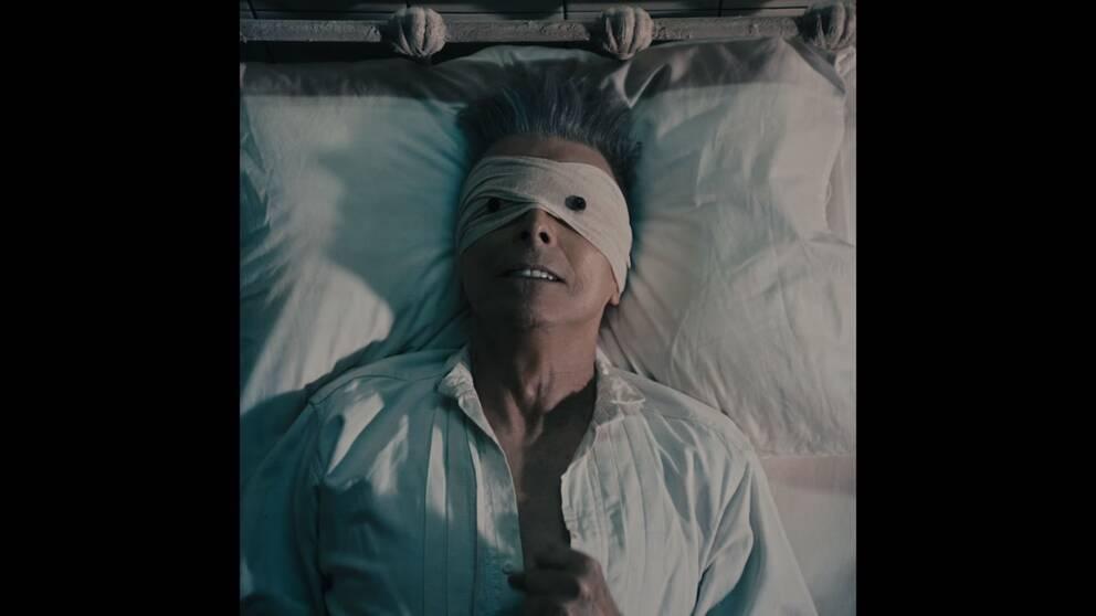 """David Bowie i videon till """"Lazarus"""", regisserad av Johan Renck, filmfoto Crille Forsberg."""