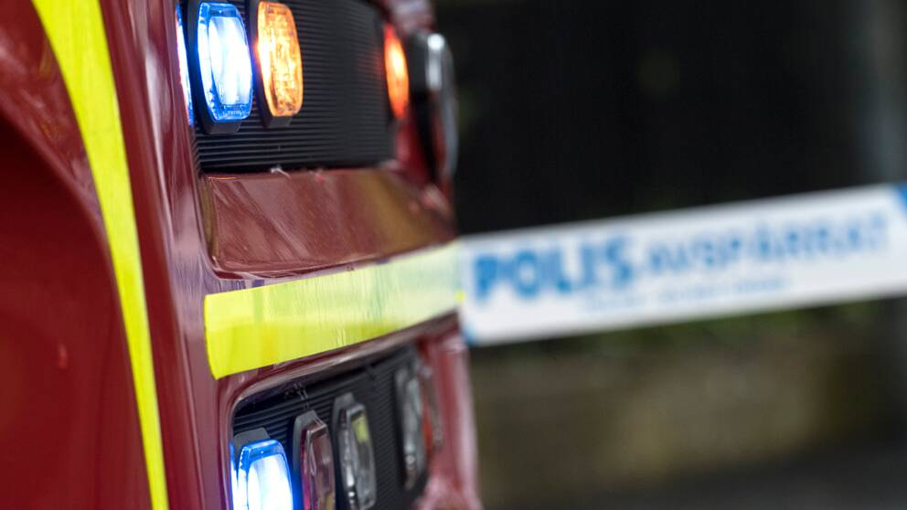 Fronten på en brandbil och ett avspärrningsband från polisen.