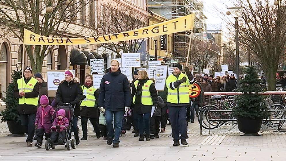 Här tågar demonstranterna in på Stora Torget