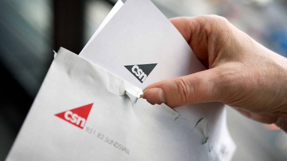 Kuvert med texten CSN som öppnas.