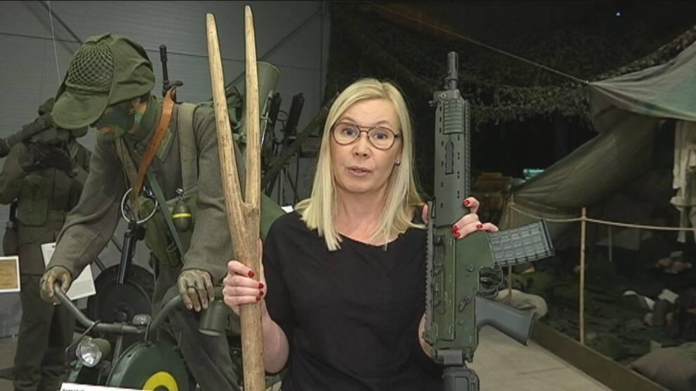 Från högaffel till AK 5 – SVTs reporter Jenny Eriksson tar en titt på utställningen.