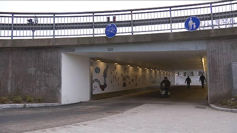 Det är gångtunneln vid polishuset som fått sig ett konstnärslyft.