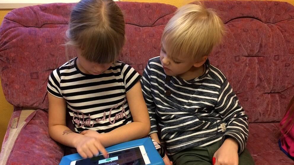 Barn i förskolklass i Lotorps skola lär sig om datorer