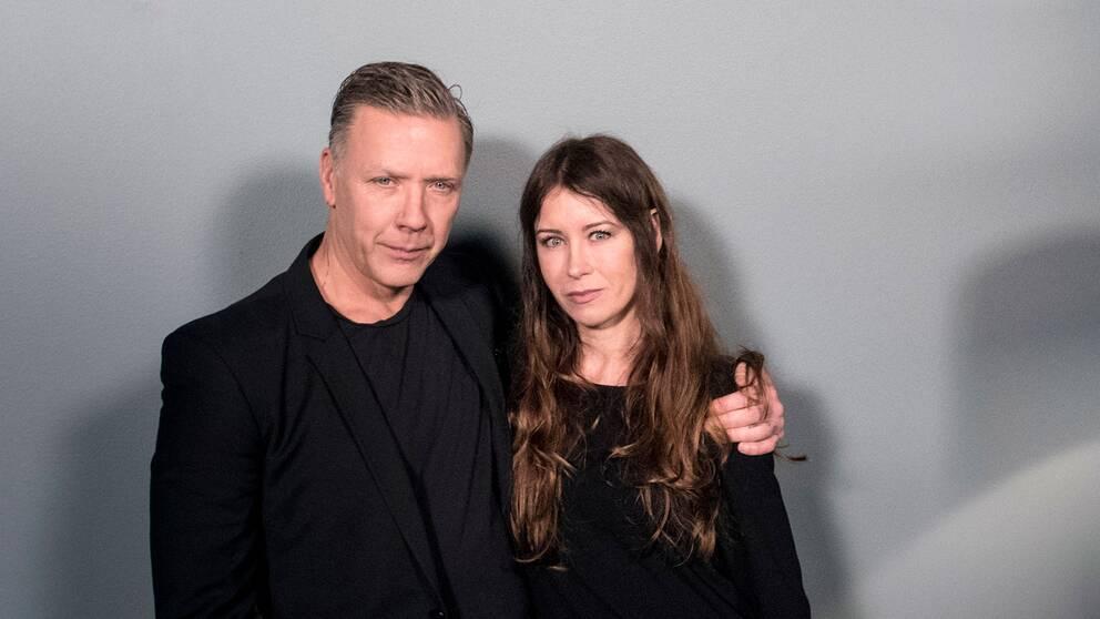 Mikael Persbrandt och Anna Odell vid presskonferensen för filmen Anna Odell Untitled i Film Västs studio i Trollhättan.