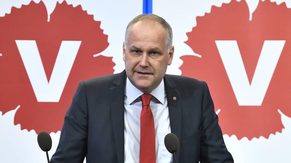 Jonas Sjöstedt under presskonferensen om pensionsuppgörelsen.