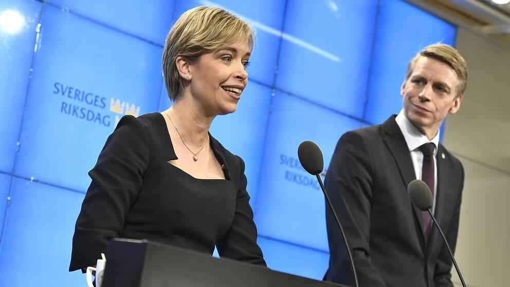 Socialminister Annika Satrandhäll (S) och finansmarknadsminister Per Bolund (MP), presenterar pensionsöverkommelsen under en pressträff i riksdagen.