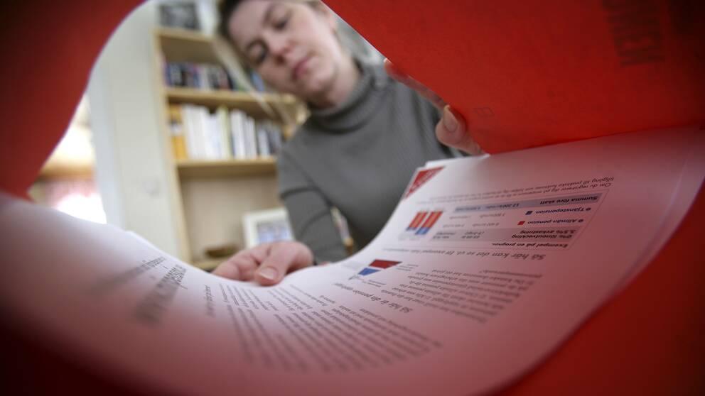En kvinna öppnar sitt pensionsbesked