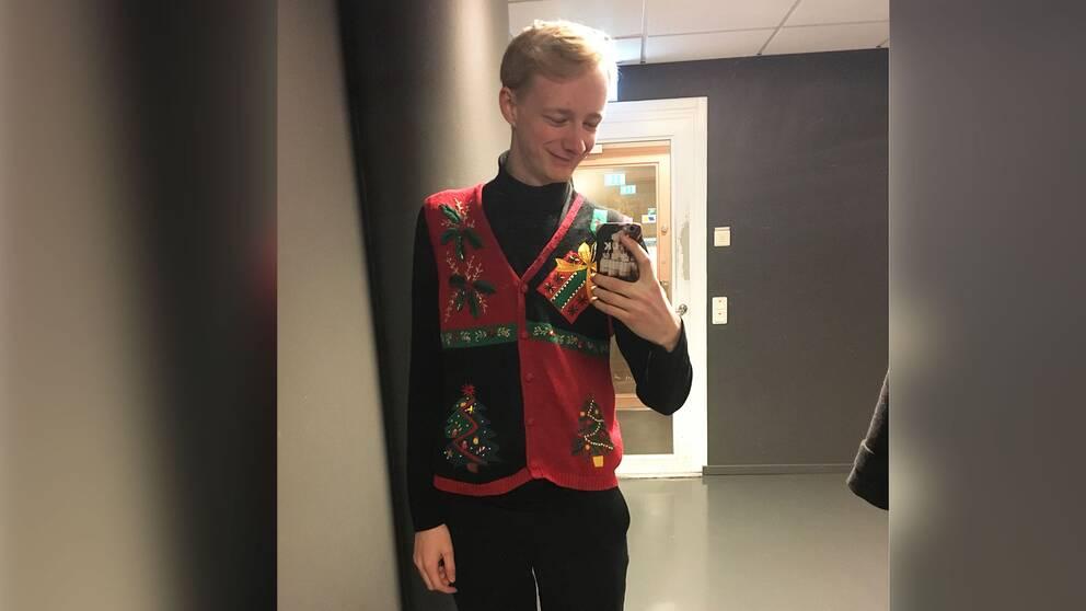 Johan Törngren bjuder här på sin jultröja.