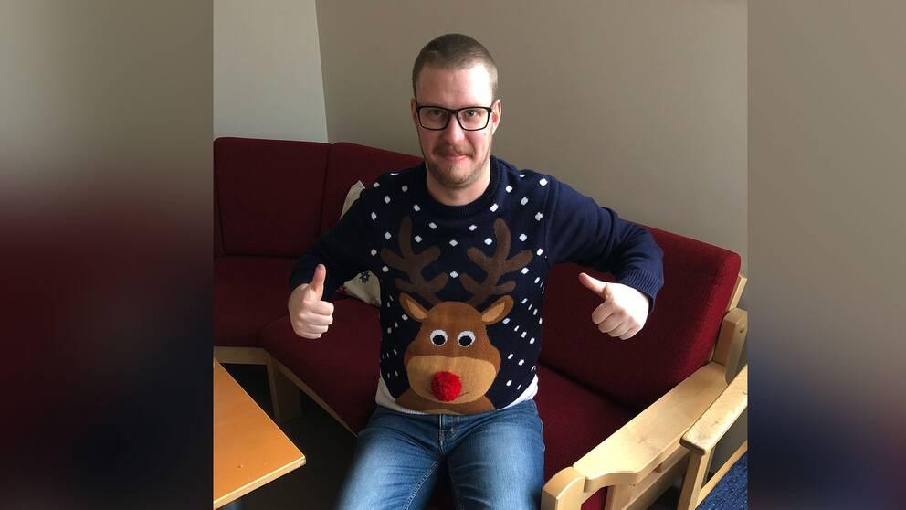 Linus Karlssons tröja gör succé bland barnen på skolan där han jobbar.