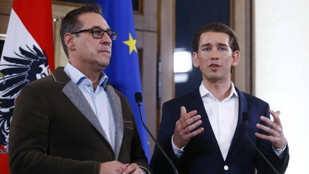 Högerpopulistiska FPÖ:s partiledare Heinz-Christian Strache till vänster och konservativa partiet ÖVP:s partiledare till höger.