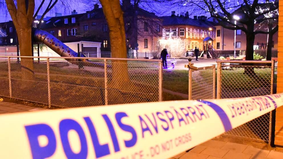 Polisens kriminaltekniker undersöker den misstänkta brottsplatsen vid en lekplats i Sofielund.