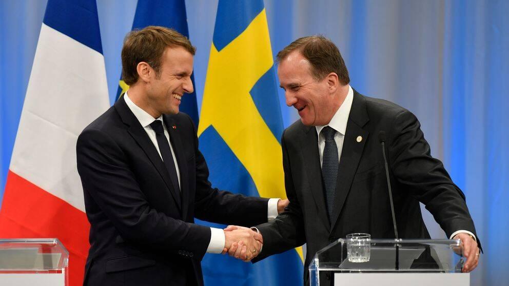 Stefan Löfven skakar hand med Frankrikes president Emmanuel Macron.