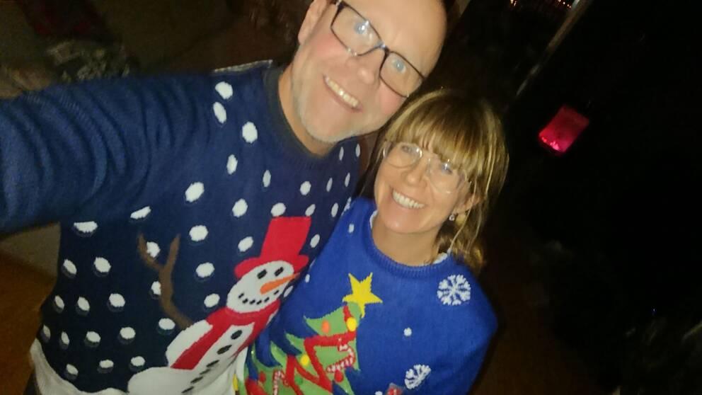 Pernilla och Thomas i Haninge känner sig fina trots motiven på jultröjorna de köpte i London. Enligt uppgift till SVT Nyheter kan granen både lysa och blinka.