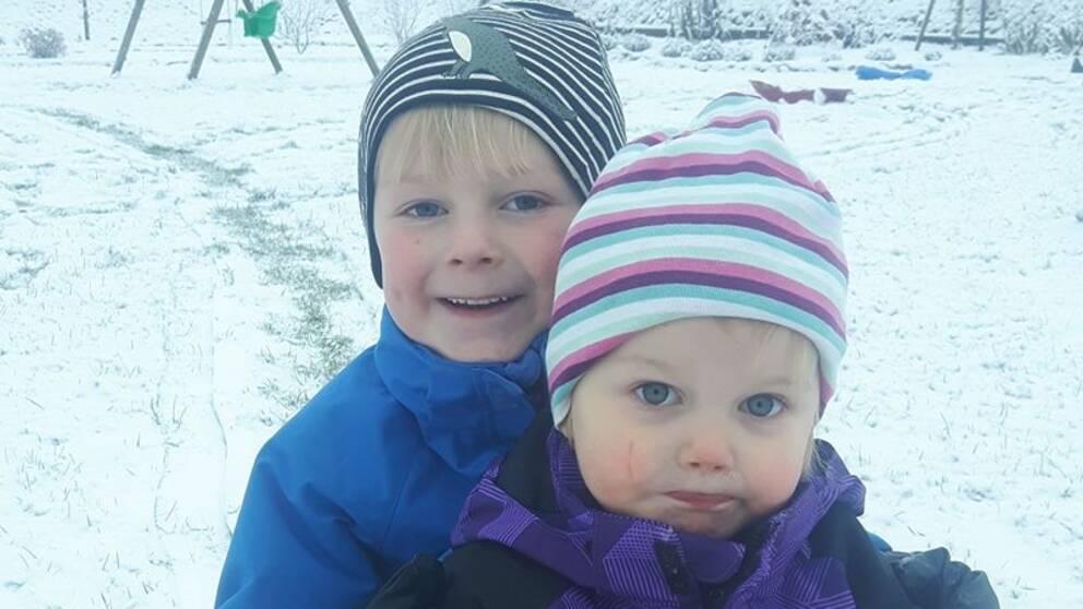Laholm idag söndag. Vidar och Alma njuter av snön!