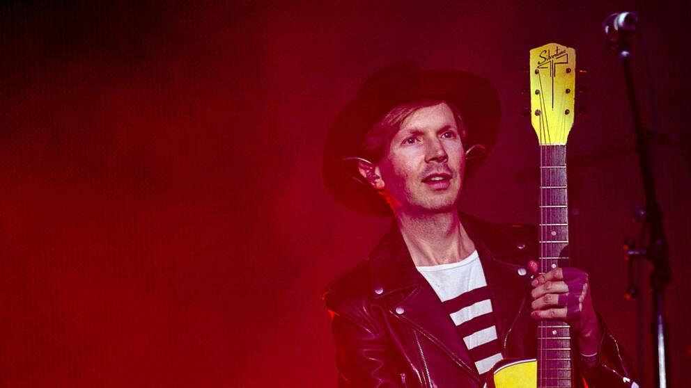 Artisten Beck på scen med gitarr.