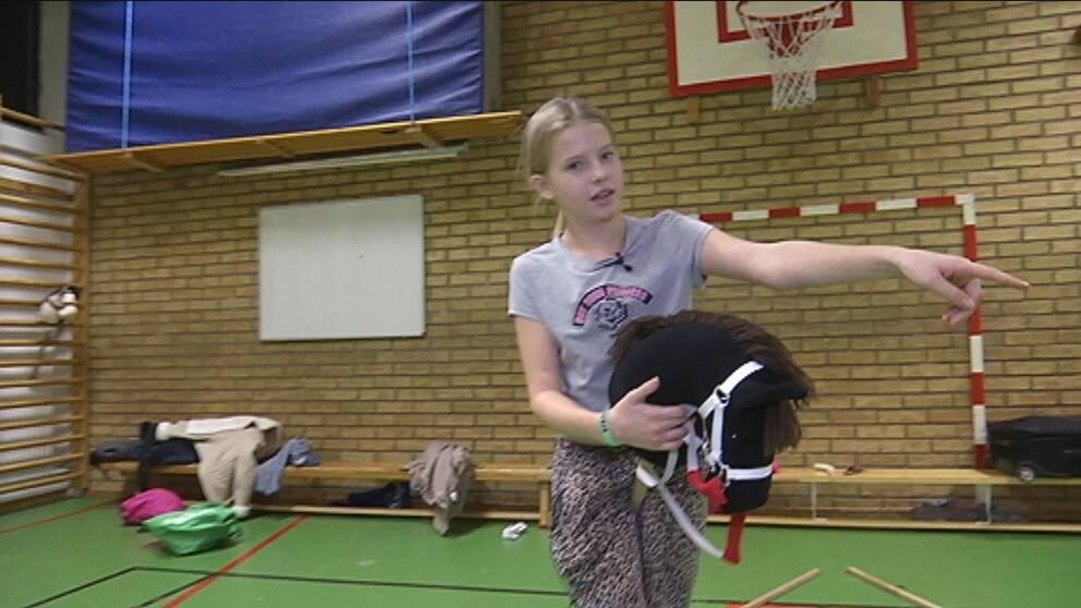 Nike Hempel Kronqvist, 12 år visar hur man hopptränar med en käpphäst.