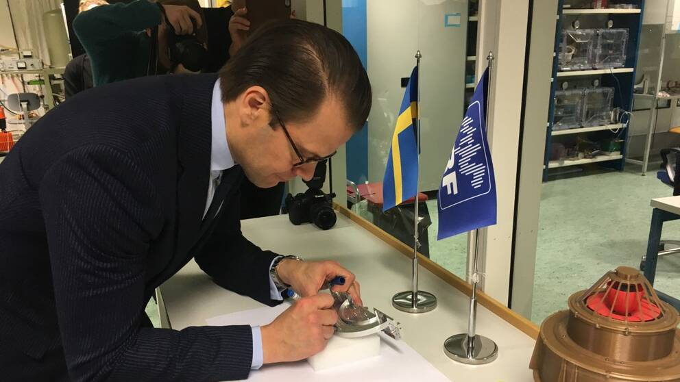Prins Daniel signerade ett rymdinstrument i Kiruna
