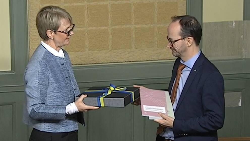 Catharina Håkansson Boman från Sverigeförhandlingen lämnar över sin slutrapport till infrastrukturminister Tomas Eneroth