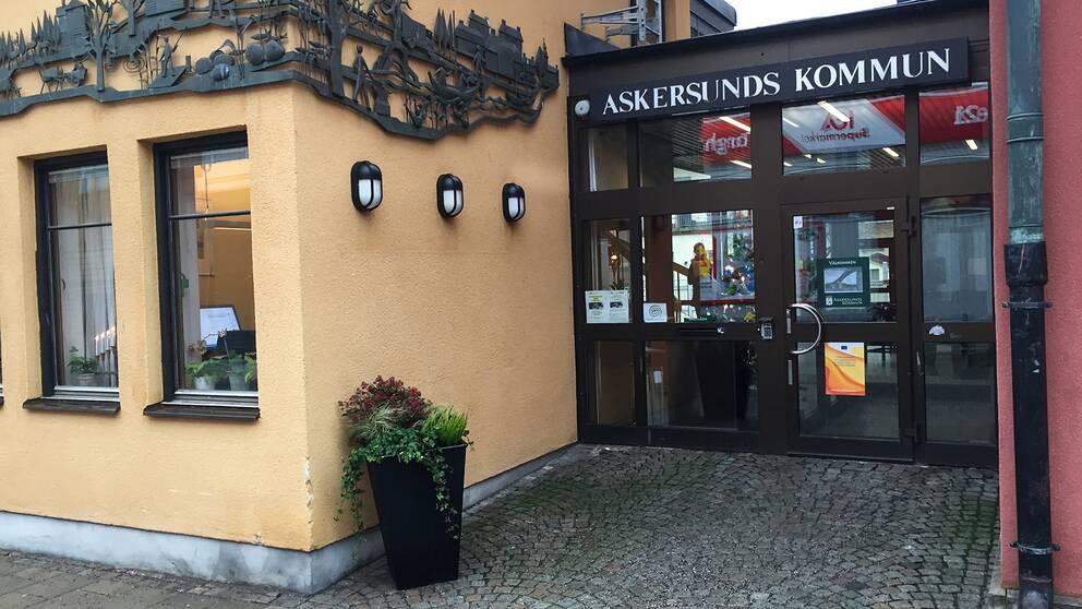 Askersunds kommun, ingång till byggnad.