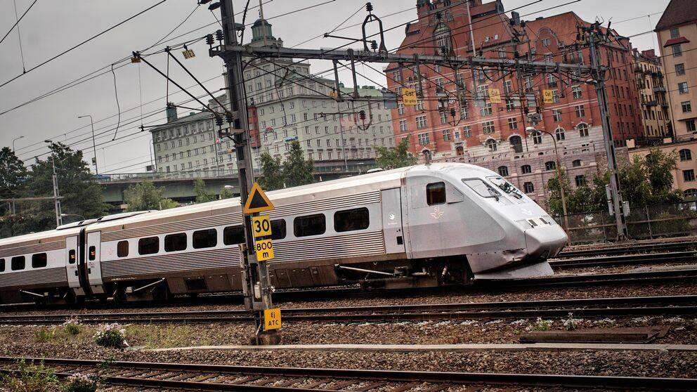 Tåg av modell SJ 2000 på väg mot Stockholms central norrifrån.