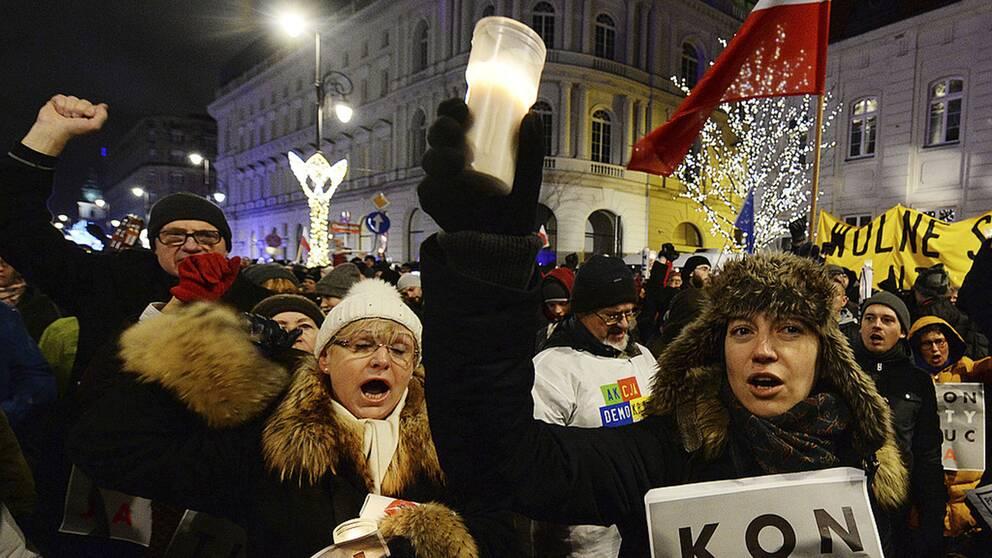 I Polen har människor demonstrerat mot regeringens reformer av rättsväsendet. En ljuskedja bildades den 19 december 2017.